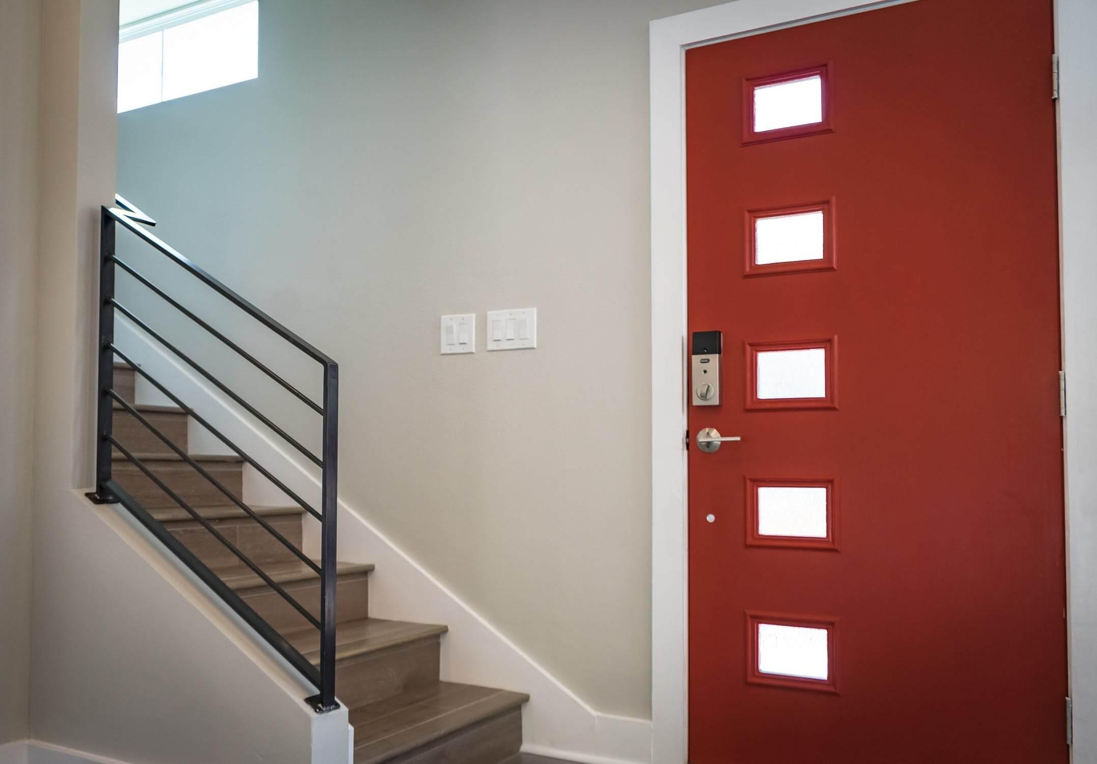 Входна врата и стълбище